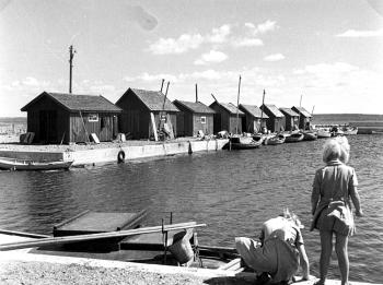 Hamnen Revsudden 1951. Rita och Gerd längst till vänster byggdes senare betongsjöbord som satte sig 1951